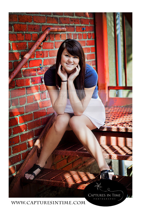 Kansas City Photographer senior girl in front of red brick